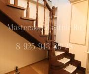 Деревянная лестницы из дуба с подиумной ступенью тонированная г образная на 90