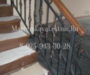 Облицовка лестницы из бетона дубом и кованые ограждения