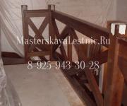 Фотография лестницы из бука с ограждением шале - крестообразное ограждения